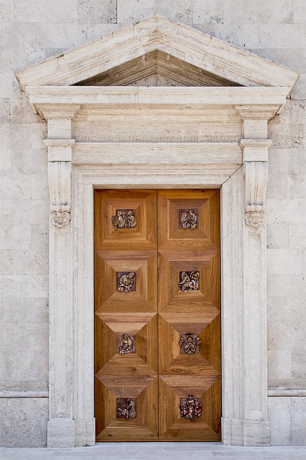 La Porta Ianua Virginis realizzata nel 2016 in bronzo legno dimensioni m. 4x2